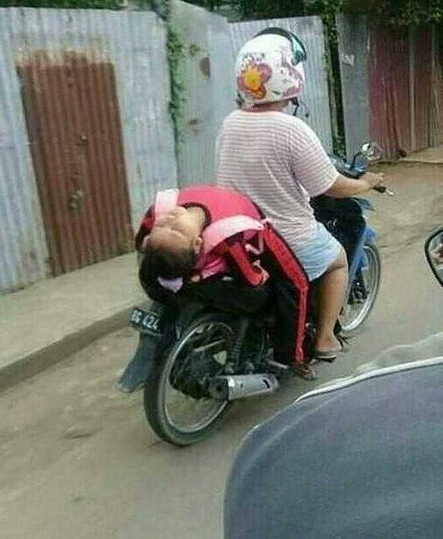 Kecapean belajar di kelas, anak ini ketiduran di motor dengan pose kaya gini. Greget banget kan?