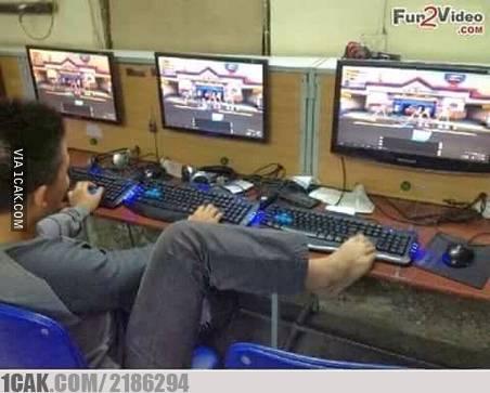 Multitasking banget kan? nggak cuma tangan aja yang bisa nge-game, tetapi kaki juga.