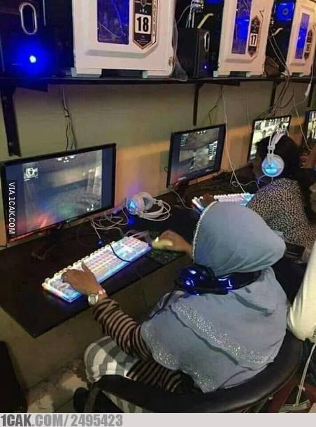Nggak cuma anak-anak aja, para ibu-ibu ini sepertinya juga kecanduan game online.