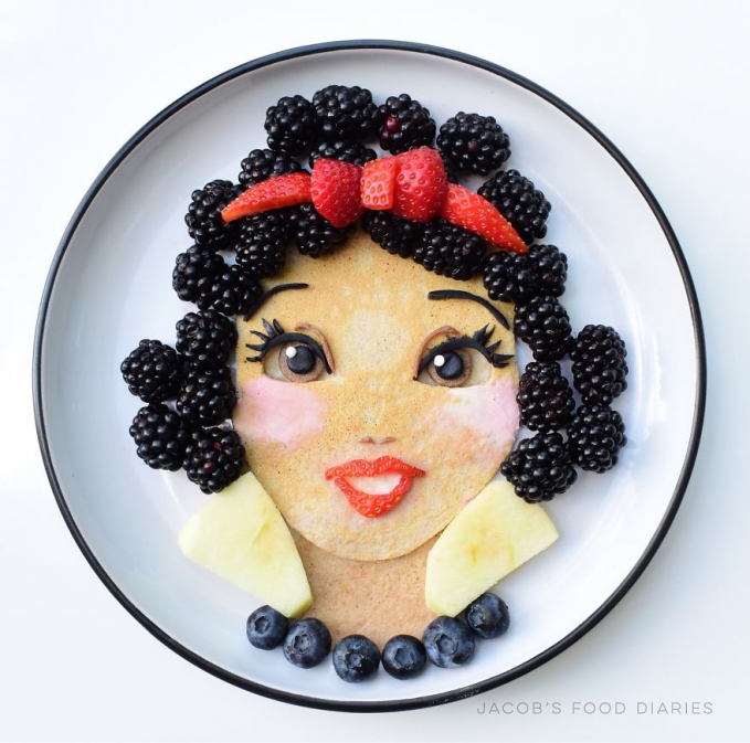 Beragam buah dan pancake menjadi gambar seorang Putri yang siap disajikan.