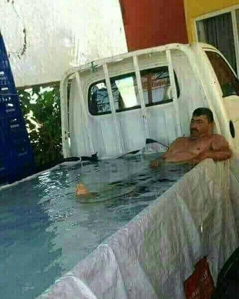 Nggak ada kolam buat berendam, bak mobil pun jadi nih Pulsker.