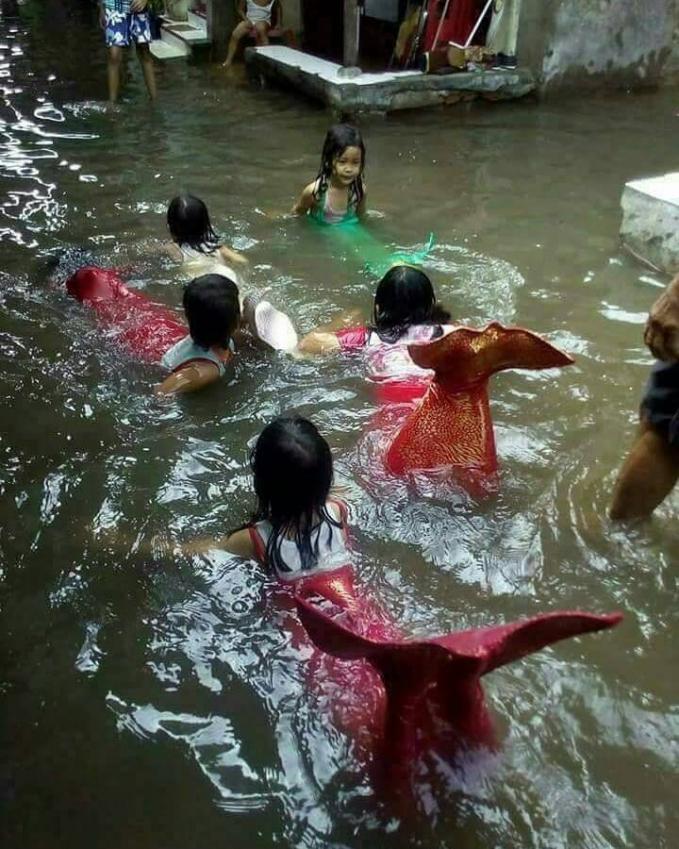 Atau melakukan hal lain yang menyenangkan di saat banjir tiba.