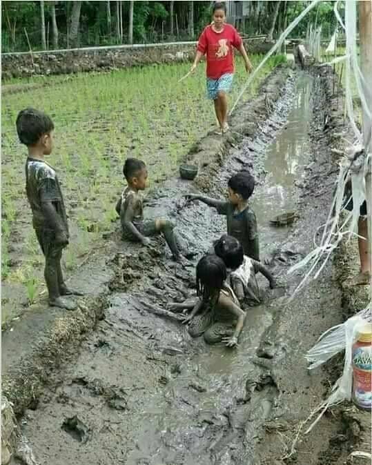 Menyatu dengan alam itu saat masa kecil dulu bermain lumpur disawah sampai lupa waktu.