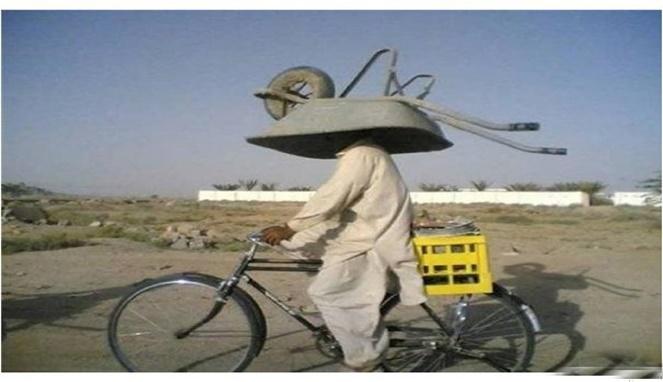 Skillnya tingkat dewa si bapaknya, kalian aja belum tentu nih bisa bawa barang di kepala apalagi sambil naik sepeda begini.