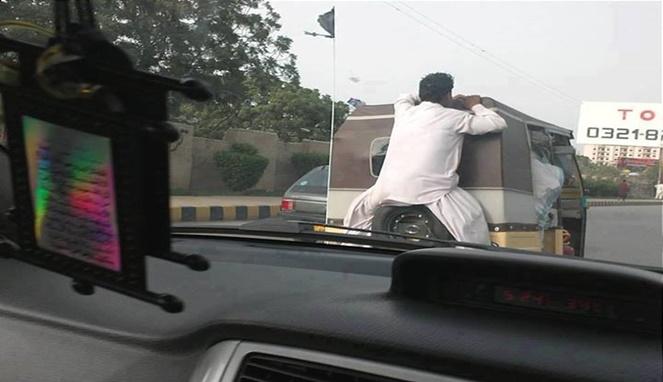 Demi barang bawaan, si bapaknya rela duduk di belakang bemo begini. Bahaya banget guys.