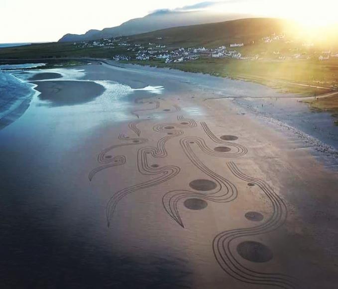 Saat menggambar, sang seniman memperhatikan waktu pasang-surut air laut.