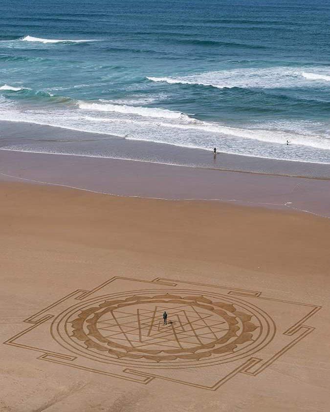 Keren kan Pulsker karya Sam Dougados ini?. Tertarik bikin hal serupa saat liburan di pantai?. Selamat mencoba ya guys. (Sumber : Designyoutrust)