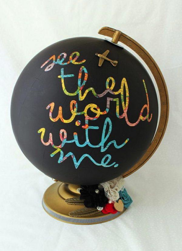 Dekorasi unik dari globe cocok dipajang di meja kerja nih gengs.