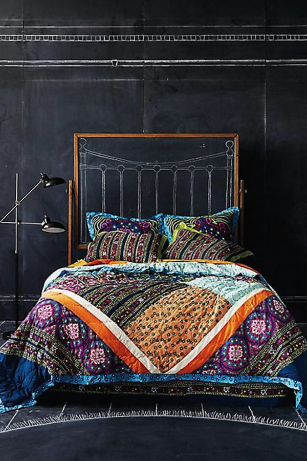 Menghias dinding kamar jadi makin stunning boleh juga lho Pulsker. Lebih irit ketimbang buat beli cat tembok.