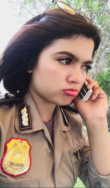 Di Pemilu 2019 ini Vani bertugas mengamankan TPS di Pematang Siantar. Siapa sangka wanita secantik ini bisa siaga menghadapi kekacauan yang akan terjadi.