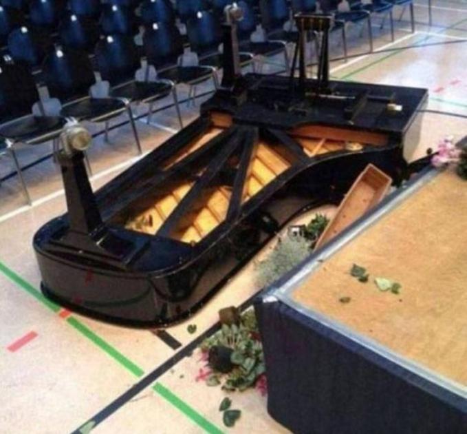 Wah, jadi gagal deh mengiringi pertemuan pakai piano kalau gini ceritanya. Pasti rusak parah tuh.