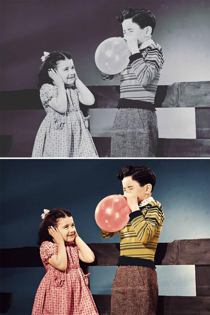 Nampak seorang anak laki-laki sedang meniup balon sekuat tenaga untuk sang adik.