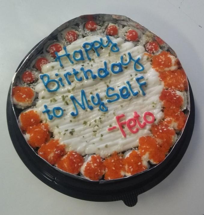 Cara lain untuk mengucapkan selamat ulang tahun ke diri sendiri yaitu membuat sushi seperti ini.