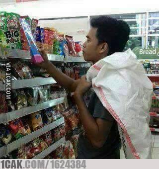 Bukannya membawa keranjang belanja, pria ini malah membawa karung saat berbelanja di minimarket.