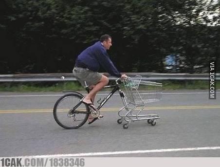 Daripada harus jalan mencari barang, mendingan ngayuh sepeda yang ada keranjangnya seperti ini.