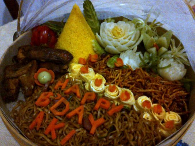 Orang Indonesia nggak akan ketinggalan nasi tumpeng saat ada yang tasyakuran ulang tahun.