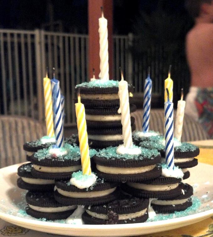 Lagi buru-buru dan nggak sempat pesan kue ulang tahun? Mampir ke mini market dan memilih Oreo sebagai penggantinya, boleh juga.