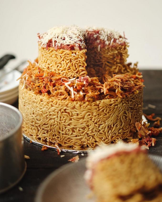 Yang terakhir nih, Indomie goreng kesukaan kita yang bisa juga disulap menjadi pengganti kue ulang tahun.