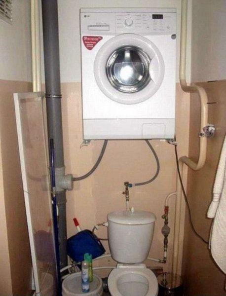 Karena kamar mandi yang terlalu sempit, jadi diletakkan lah mesin cuci di atas kloset.
