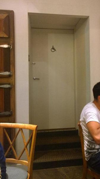 Toilet bagi penyandang disabilitas, tapi ada tangganya. Maksudnya gimana nih?