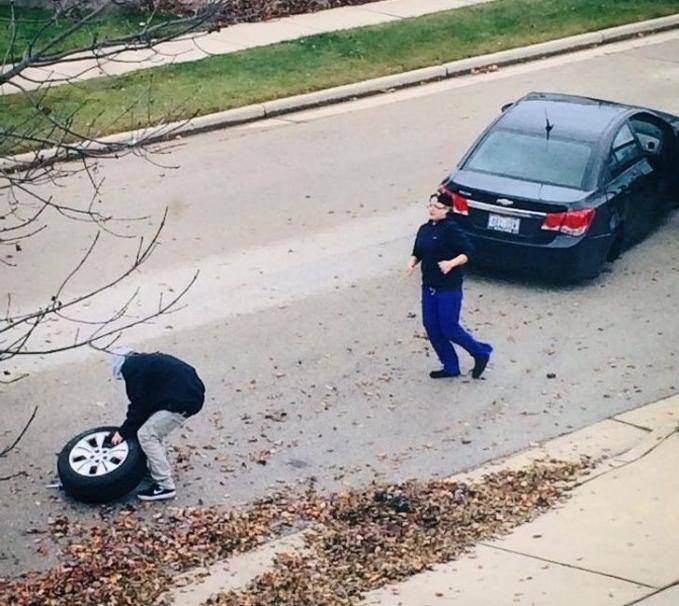 Melaju kencang dengan mobil, ternyata bannya ketinggalan di belakang.