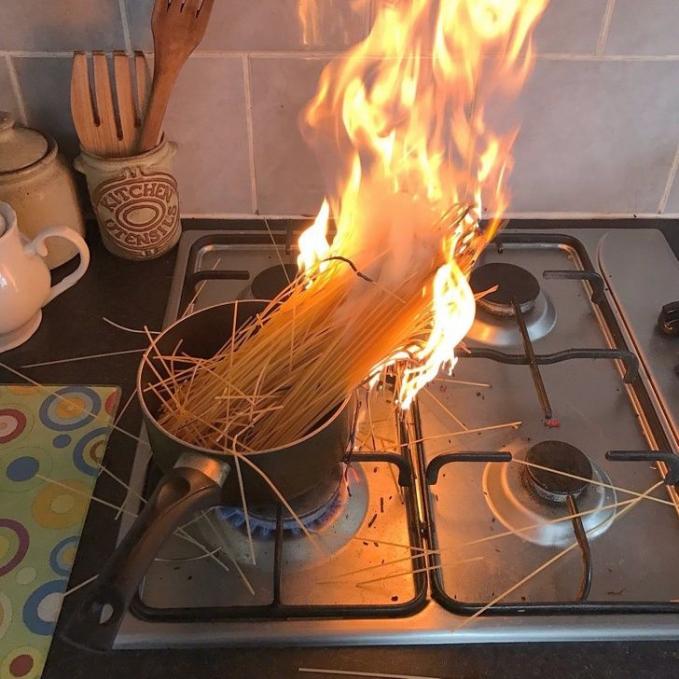 Mungkin dia masak spaghetty dengan bumbu api.