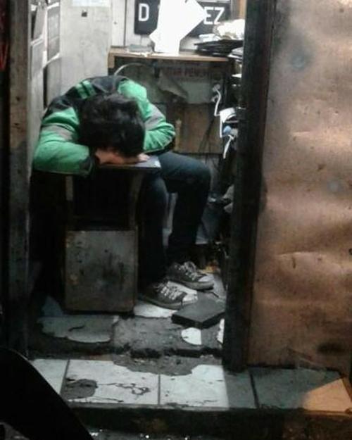 Kalau sudah capek nggak peduli tempatnya bersih, berantakan atau nggak yang penting bisa tidur dan istirahat walau sebentar.