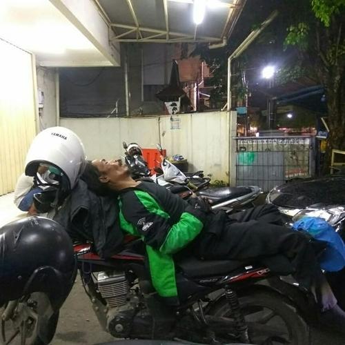 Sama halnya dengan seorang driver di Semarang ini. Karena kelelahan sampai-sampai dia tertidur diatas motornya.