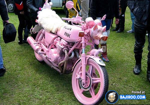 Asli deh, motor sport yang kesannya garang dan kerap dijuluki motor jambret pun seketika berubah drastis dengan warna pink unyu. Bahkan lengkap dengan bonekanya juga lho Pulsker. Wah, ada-ada saja ya modifikatornya?.