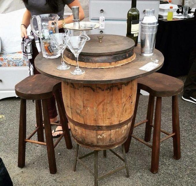 Meja dari tong kayu kayak gini cocok banget buat furnitur kalau kalian ingin buka kafe gengs.