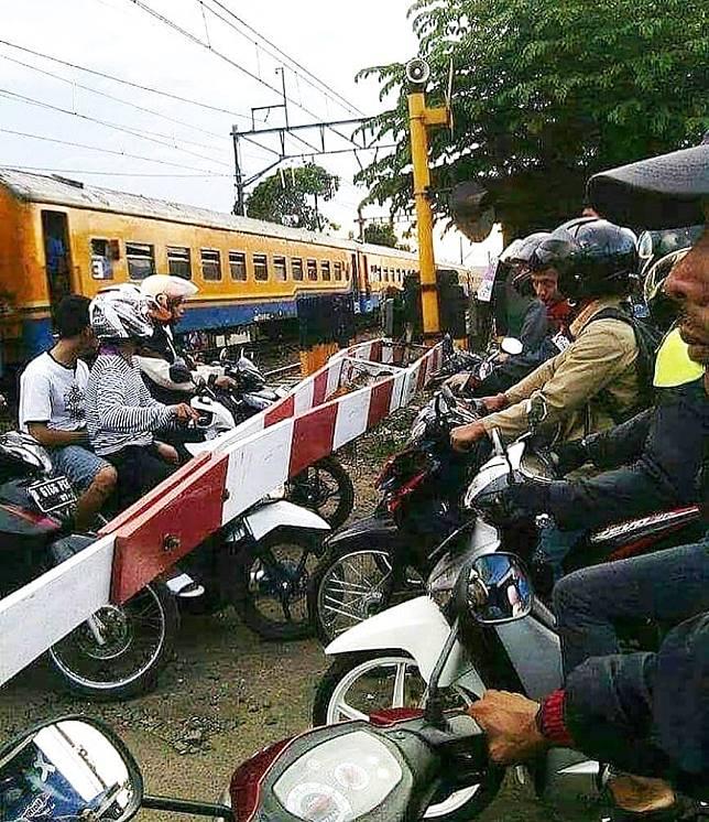 Bukan hanya berbahaya sih, melanggar peraturan lalu lintas faktanya juga merugikan orang lain.