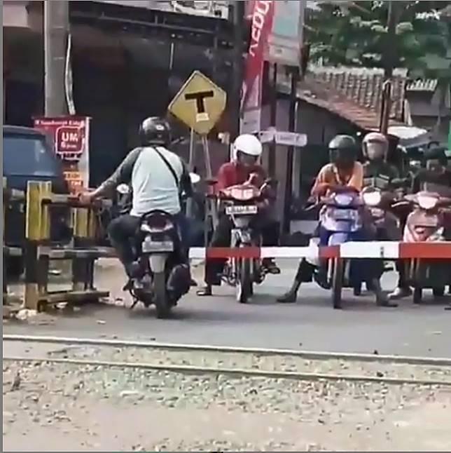 Sandar dulu lah, sambil nunggu kereta lewat.