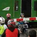 10 Kelakuan Berbahaya Pengendara Motor di Palang Pintu Kereta
