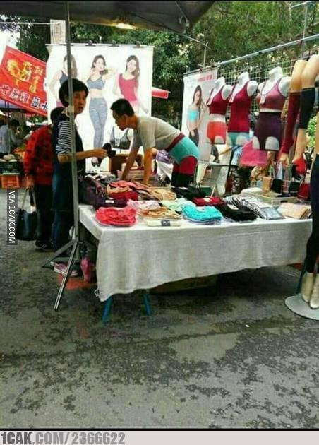 Biar lebih jelas, pedagang ini memakai produk dagangan nya sendiri. Padahal yang dijual pakaian dalam wanita lho :D