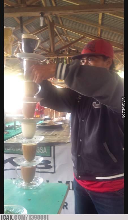Pedagang kopi yang juga bisa melakukan atraksi.
