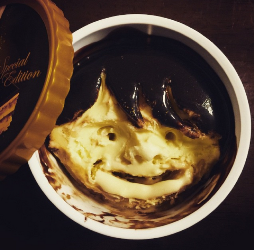 Es krim rasa cokelatnya berubah jadi rambut bergaya khas ala anak emo.