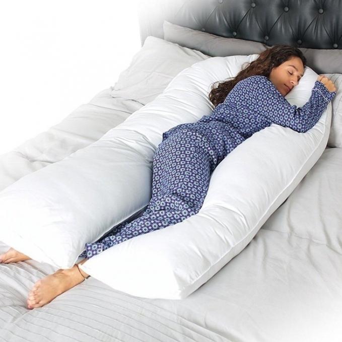 Bantal berbentuk 'U' bisa dibuat bantal sekaligus guling bikin tidur makin nyenyak.