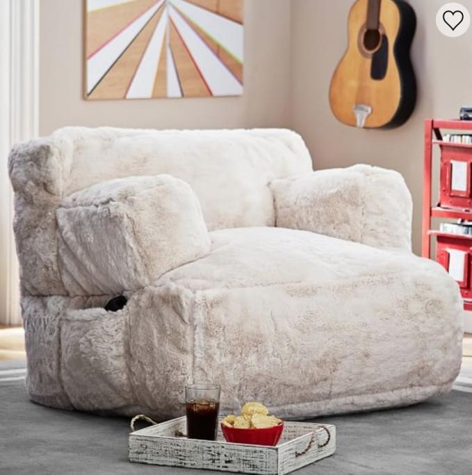 Nonton film pakai sofa beginian bisa-bisa ketiduran ya saking enaknya.