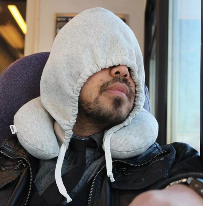 Dengan desain seperti penutup kepala hoodie dijamin leher nggak sakit lagi pas tidur di bus atau kereta maupun pesawat.