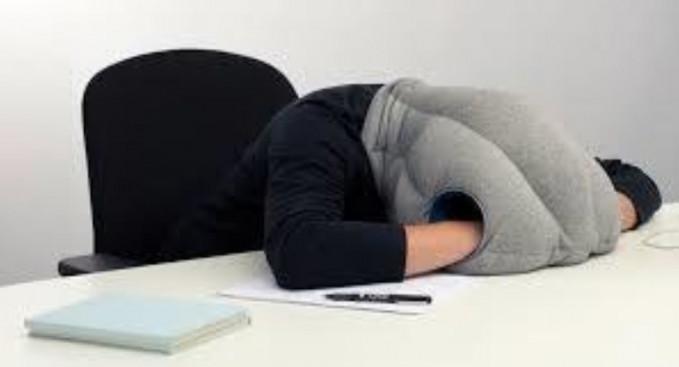 Bantal ini punya empat lubang guys, diantaranya terdapat dua lubang untuk meletakkan tangan kalian saat tidur.