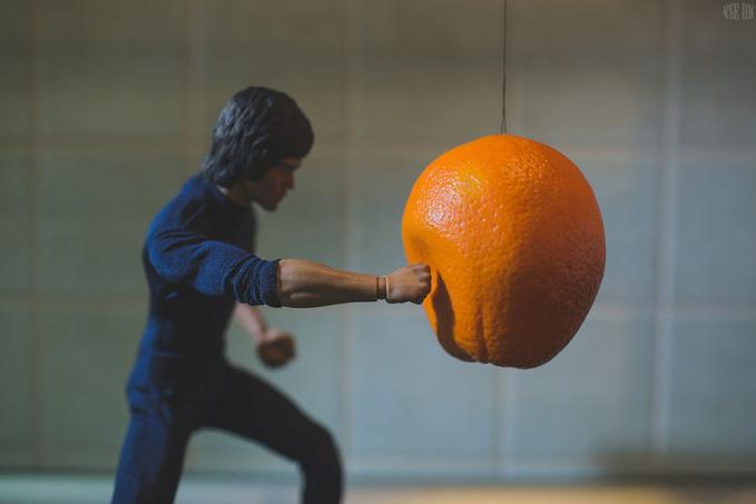 Lumayan jeruknya pengganti samsak buat latihan tinju.