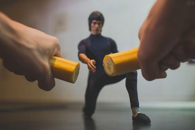 Bruce Lee sedang memotong sebuah pisang dengan satu tangannya gengs.
