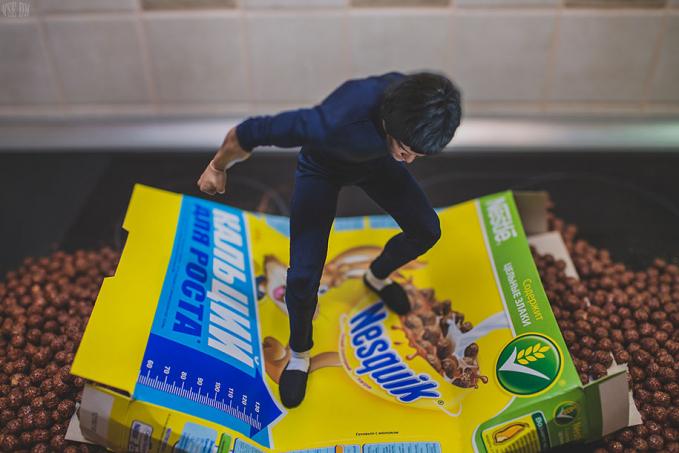 Sepertinya Bruce Lee lagi emosi tuh, sampai nginjak-nginjak sereal segala.