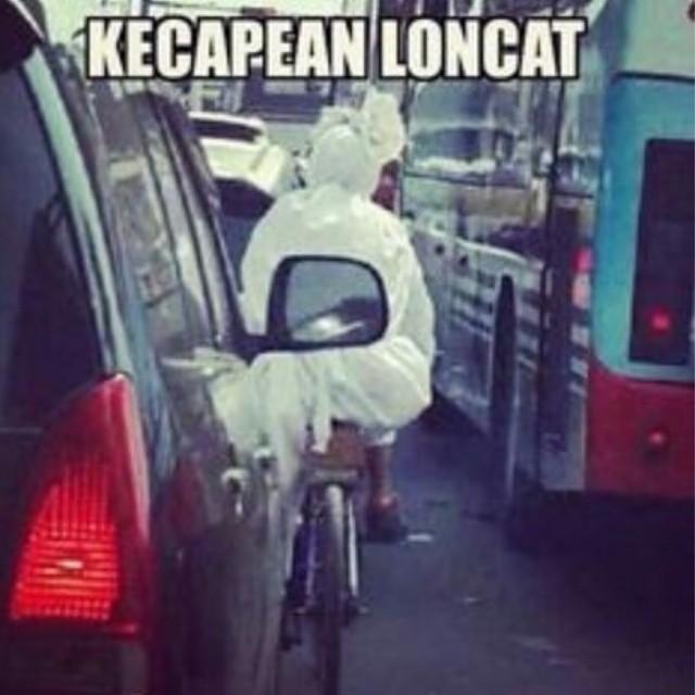 Capek ah loompat-lompat terus, sesekali naik sepeda boleh lah.
