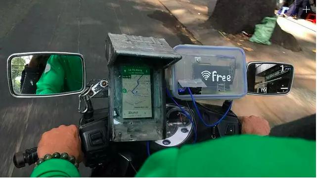 Keren banget kan, driver ojol ini bahkan menyediakan wifi gratis di atas motornya.