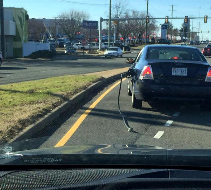 Wah wah...keburu sih boleh, tapi nggak gini juga bawa selang bahan bakar kemana-mana. Sudah bayar belum tuh bensinnya?.
