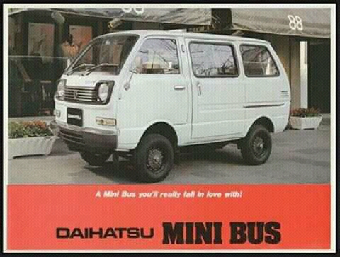 Sepintas sih mirip mobil-mobil angkot, di eranya dulu tangguh untuk mobil keluarga gengs.