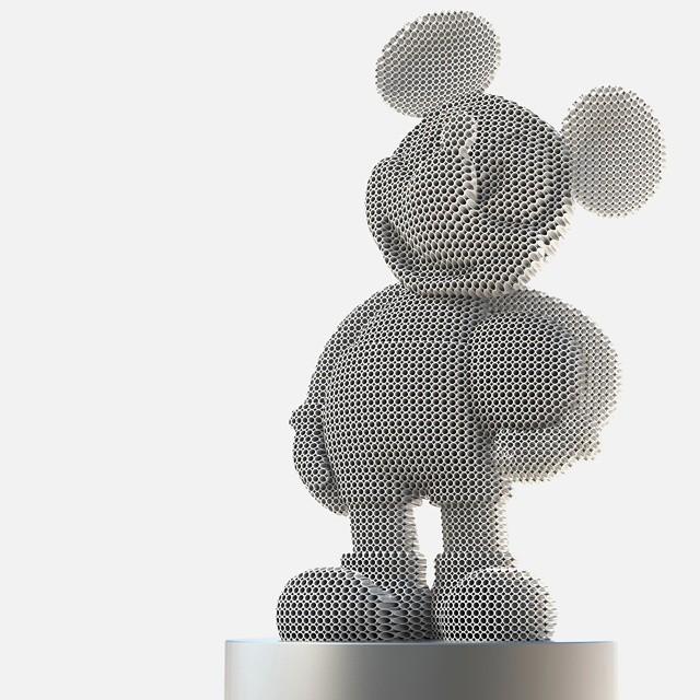 Patung Mickey Mouse yang sedang membawa bola sekilas terlihat seperti gambar transparan ya guys.