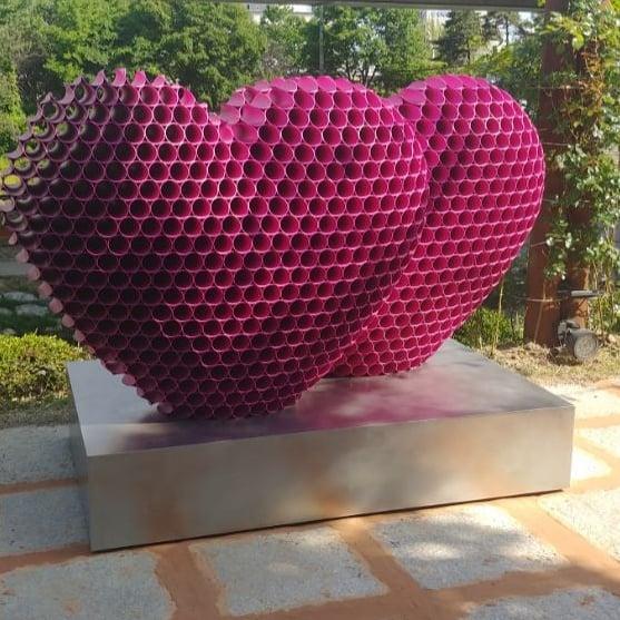 Hati berwarna ungu menggambarkan kegalauan nih sepertinya.