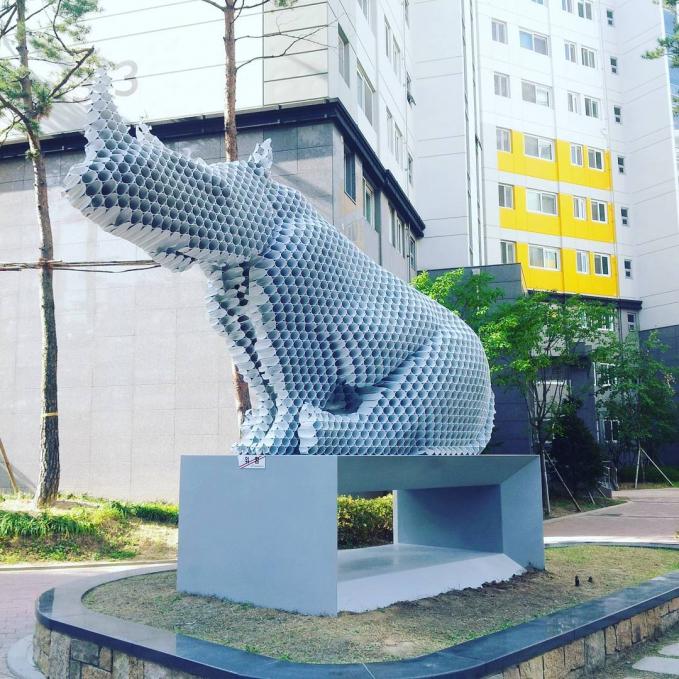 Terakhir ada patung badak yang bertengger di sebuah taman kota. Gimana, keren-keren kan patung pipanya Pulsker?.